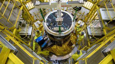 Intégration du satellite CHEOPS au sommet du lanceur Soyouz