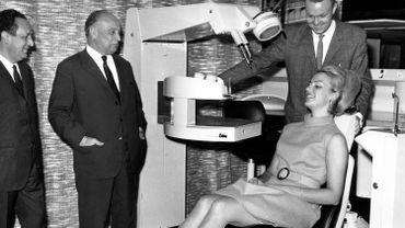 Cette image d'archive de Belga date du 17 octobre 1968 et concerne une exposition au Brussels Design Center. Louis Major, ministre du Travail et de l'Emploi, y inaugurait une exposition sur l'ergonomie. Ici, on le voit observer un équipement de dentiste.