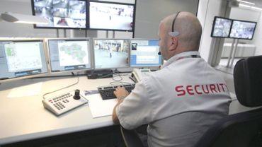 la salle de contrôle nationale où l'on surveille les images des 1500 caméras qui observent déjà les principales gares du pays.