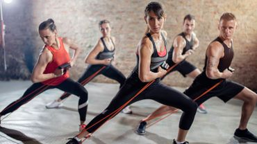 Les élastiques ajoutent de la résistance aux exercices de renforcement musculaire pour plus de tonicité et de souplesse.