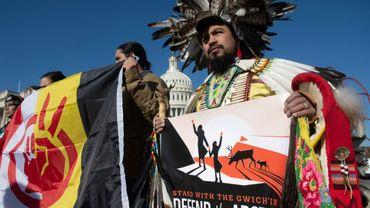 Des Amérindiens réunis devant le Capitole, à Washington, pour protéger contre un projet de forage en Alaska