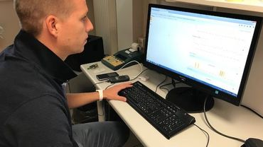Thomas Depasse récolte les données envoyées par les patients sur son ordinateur