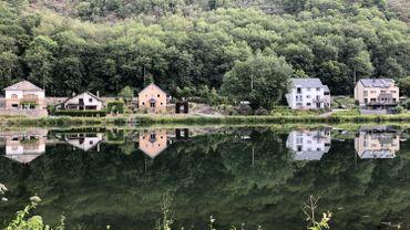 La Meuse est parfois tellement calme qu'elle est un miroir, ici à Yvoir.