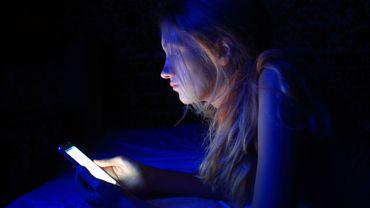 La lumière bleue de nos écrans, nouvelle cible de la cosmétique