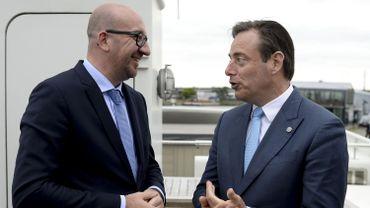 Charles Michel et Bart De Wever lors d'une visite au port d'Anvers, le 29 mai 2015.