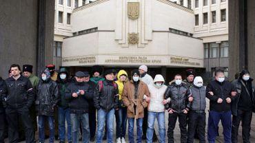 Des activistes pro-russes en faction devant le bâtiment du parlement de Crimée