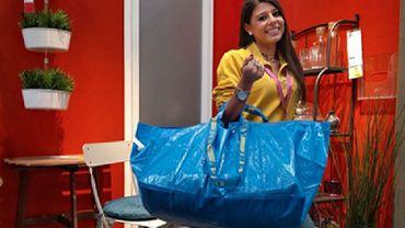 Ikea ironise sur la ressemblance entre son cabas bleu et un modèle de Balenciaga