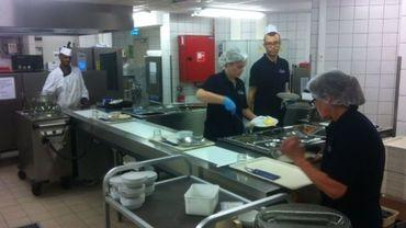 Travail à la chaîne pour préparer les 500 repas par jour