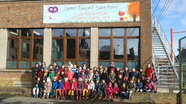 Les élèves d'Ellignies devant leurs locaux flambants neufs