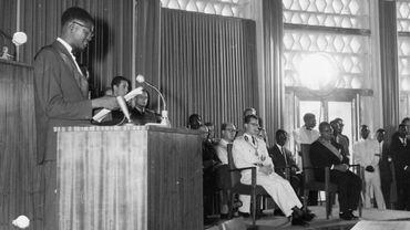 Patrice Lumumba prononce un discours le 1er juillet 1960, en présence du roi Baudouin