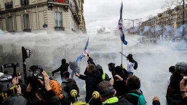 """Manifestation de """"gilets jaunes"""" en France ce week-end: heurts sur les Champs-Elysées et magasins pillés (vidéos)"""