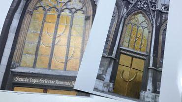 A gauche, le futur vitrail, à droite, la future entrée complète, avec le vitrail et la double porte en laiton doré