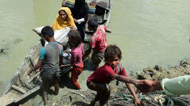 D'après les derniers chiffres des Nations unies, plus de 300 000 personnes, la plupart des musulmans de la minorité Rohingya, se sont réfugiées au Bangladesh pour fuir les troubles.