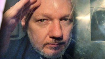 Le fondateur de WikiLeaks  Julian Assange dans le fourgon cellulaire, à sa sortie du tribunal de Southwark à Londres le 1er mai 2019
