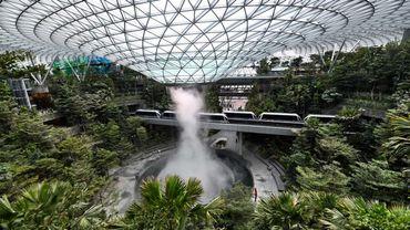 L'aéroport de Singapour a dévoilé jeudi un nouveau complexe avec des jardins et une cascade de 40 mètres s'écoulant d'un dôme de verre et d'acier