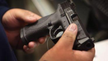 Un pistolet présenté dans un cercle de tir