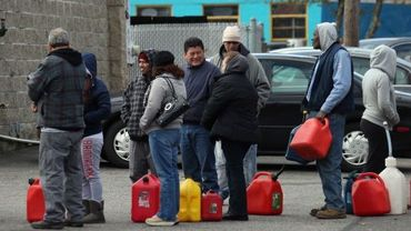 Les automobilistes font la file pour acheter un bidon d'essence