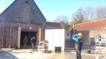 Les murs, fabriqués en atelier, sont posés en moins de deux jours.