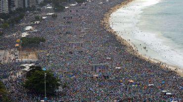 La foule réunie pour le Pape sur la plage à Copabacana