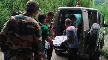 Des militaires indiens transportent, le 17 juillet 2017, à la morgue de Rajouri le corps d'un soldat indien tué lors d'un accrochage avec des militaires pakistanais au travers de la ligne de contrôle qui sépare la zone pakistanaise de la zone indienne