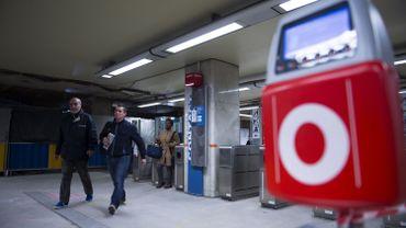 Une voiture entre dans la station Clémenceau à Anderlecht: la ligne de métro est interrompue