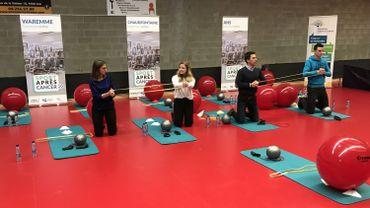 Démonstration d'exercice avec le kit qui sera remis aux participants aux séances de groupes