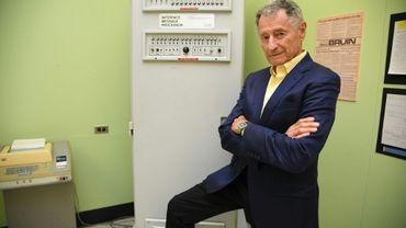 """Leonard Kleinrock pose à côté du premier """"processeur de message par interface (IMP) dans la laboratoire où le premier message a été envoyé d'une machine à une autre, à l'Université de Californie à Los Angeles, le 24 septembre 2019"""