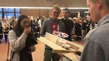 Un groupe d'étudiants de première année de baccalauréat a présenté son projet de drone après 11 semaines de travail. Les jeunes suivent la filière d'ingénieur civil au sein de l'École polytechnique de l'UCLouvain. Depuis 2000, les professeurs ont recours à la pédagogie active visant à réaliser des projets concrets en groupe.