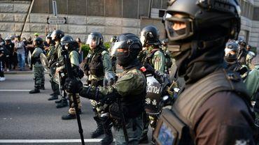 Des policiers anti-émeutes bloquent une partie de la rue dans le quartier de  Tsim Sha Tsui à Hong Kong, le 1er décembre 2019 dans le cadre des mouvements pro-démocratie