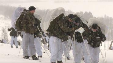 Des para-commandos en entraînement aux conditions arctiques en Norvège avec les Mariniers