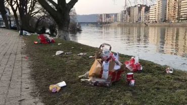Enormément de déchets sont abandonnés dans le parc de la Boverie par les habitants qui viennent y profiter du soleil