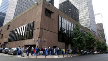 Les files de demandeurs d'asile devant les bureaux de l'Office des étrangers