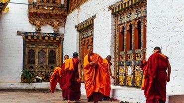 Le Bhoutan, drapé dans sa culture traditionnelle, s'ouvre de plus en plus au monde et partage ses secrets du bonheur.