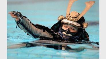 Mutsuo Koga, en tenue de samouraï, fait des longueurs dans la piscine, le 19 août 2012