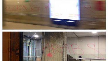 Les inscriptions photographiées par une voyageuse dans le métro bruxellois.