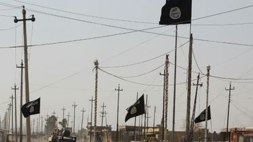 Des drapeaux du groupe Etat islamique, le 22 septembre 2017 dans la ville de Charqat lors de l'avancée des forces irakiennes vers Hawija