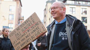 """J-P van Ypersele brandit régulièrement une pancarte """"IPCC-GIEC and youth stronger together"""". En voici une variante tout aussi parlante."""