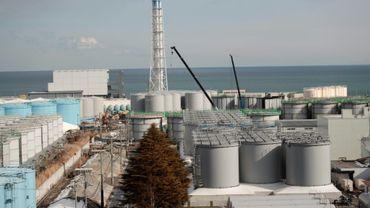 Vue du bâtiment du réacteur n°4 et des réservoirs de stockage d'eau contaminée, à la centrale de Fukushima, le 31 janvier 2018 à Okuma, au Japon