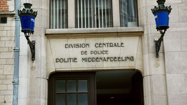 Le policier a été poignardé devant le commissariat de Bruxelles