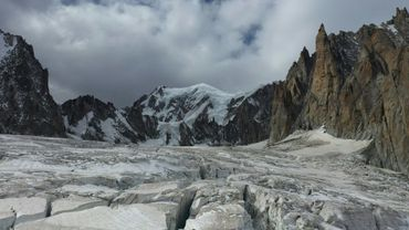 Vue aérienne des crevasses de la Vallée Blanche, le Mont-Blanc en arrière-plan et le Grand Capucin à droite, à Chamonix
