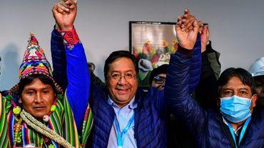 Le candidat de gauche à la présidence de la Bolivie, Luis Arce, au centre, et son colistier, David Choquehuanca, à droite, le 19 octobre 2020 à La Paz après avoir revendiqué leur victoire