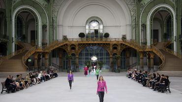 Pour présenter sa collection Croisière 2020, Chanel a transformé le Grand Palais en hall de gare rétro avec la présence de rails, de bancs, et de panneaux mentionnant des destinations comme Saint-Tropez ou Venise. Paris, le 3 mai 2019.