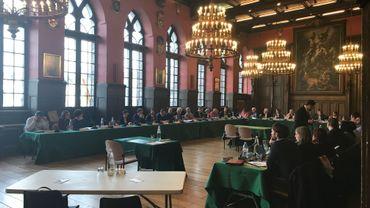Le conseil communal de Mons a été retransmis en direct sur Facebook.