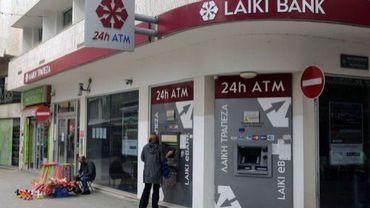 Une femme retire de l'argent au distributeur d'un établissement bancaire, à Nicosie, le 30 mars 2013