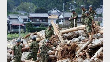 Les forces d'autodéfense recherchent des personnes disparues après le passage du typhon Talas, le 5 septembre 2011 à Nachikatsuura
