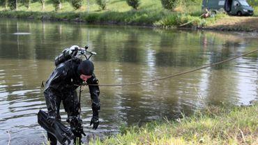 Un plongeur lors de fouilles à la recherche de preuves dans le canal Bruxelles-Charleroi, à Ronquières, en 2010
