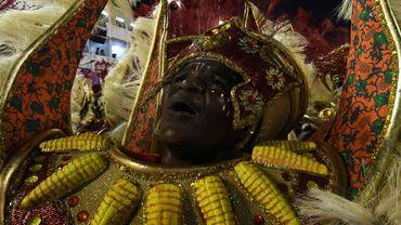 Un danseur d'une école de Samba se produit le 27 février 2017 à Rio de Janeiro
