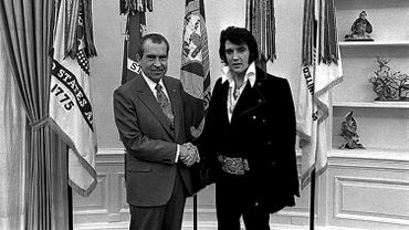 L'ex président des Etats-Unis Richard Nixon (G) serrant la main à Elvis Presley (D) devant la Maison Blanche, le 21 décembre 1970.