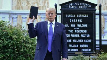 Donald Trump brandit une Bible devant l'église épiscopalienne St John à Washington, le 1er juin, 2020.
