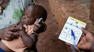 Un enfant reçoit un traitement contre le paludisme
